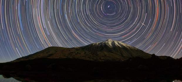 Trazos estelares sobre la cumbre nevada del Teide