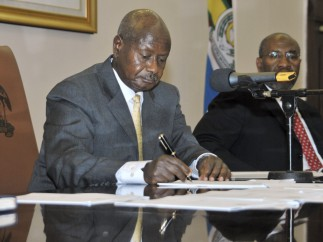 El presidente de Uganda firma una ley que castiga la homosexualidad con cadena perpetua