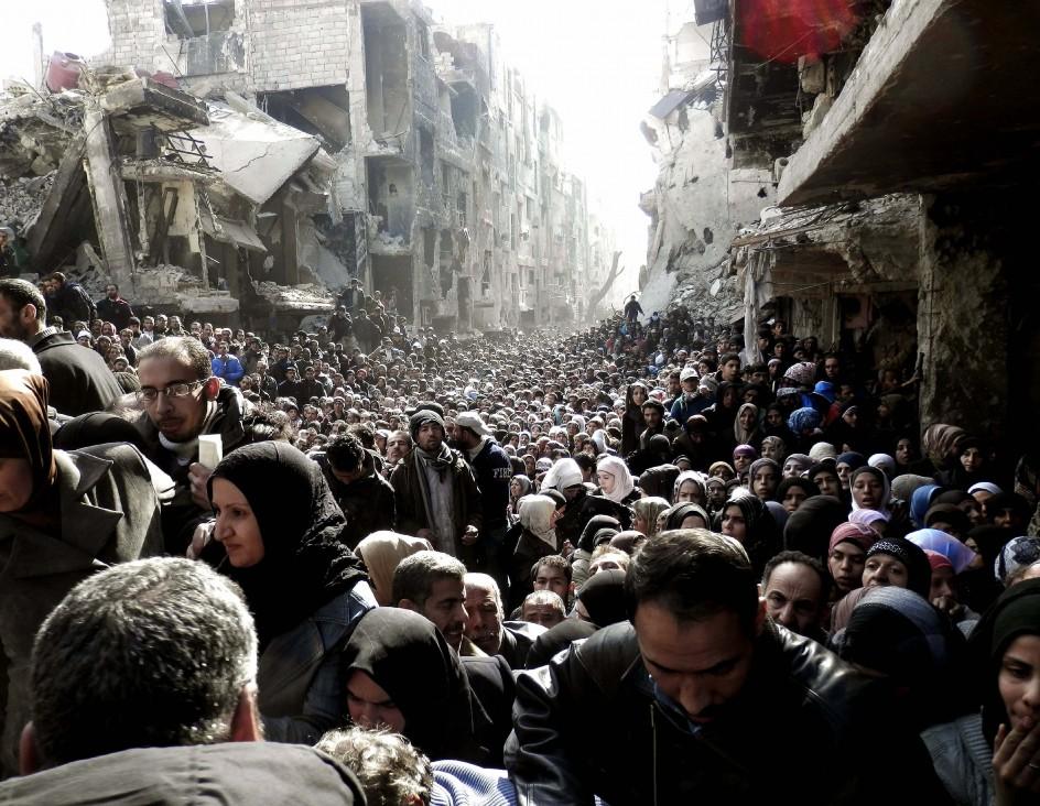 Distribución de ayuda humanitaria en el campo de refugiados de Yarmuk