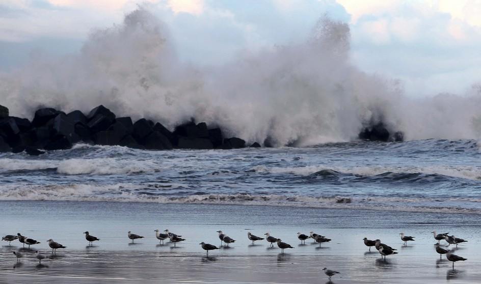 Rescatada una mujer tras ser golpeada por las olas en donostia - El tiempo para manana en san sebastian guipuzcoa ...