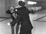 Marlène Dietrich à l'aéroport d'Orly agresse un photographe [Francis Apesteguy], 1975