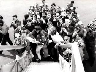 Anita Ekberg à la sortie de l'avion, 1959