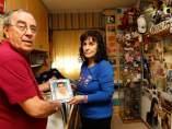 Felisa y Felipe, con una foto de Óscar, en su habitación de casa