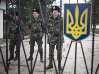 Soldados ucranianos protegen una base