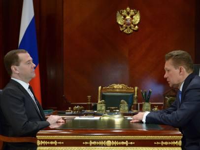 El primer ministro ruso, Dmitri Medvédev (izq), con el presidente Gazprom, Alexei Miller.