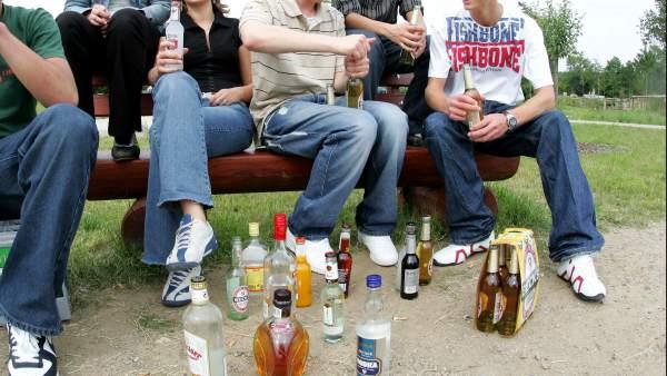 Jóvenes consumiendo alcohol en un 'botellón'