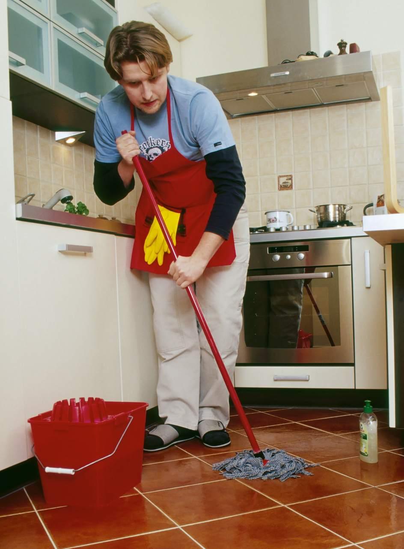 Los espa oles colaboran poco en casa solo le dedican 76 - Trabajo limpiando casas ...