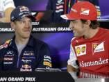 El piloto espa�ol de F�rmula Uno Fernando Alonso (dcha), conversa con el piloto alem�n Sebastian Vettel (centro), y el brit�nico Lewis Hamilton (izda), durante una rueda en el circuito de Albert Park en Melbourne (Australia).