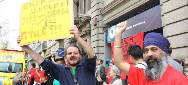 Ocupan una oficina de endesa en barcelona contra los for Endesa oficinas barcelona