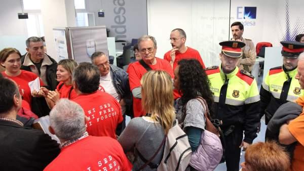 Ocupan una oficina de endesa en barcelona contra los for Oficinas de fecsa endesa en barcelona