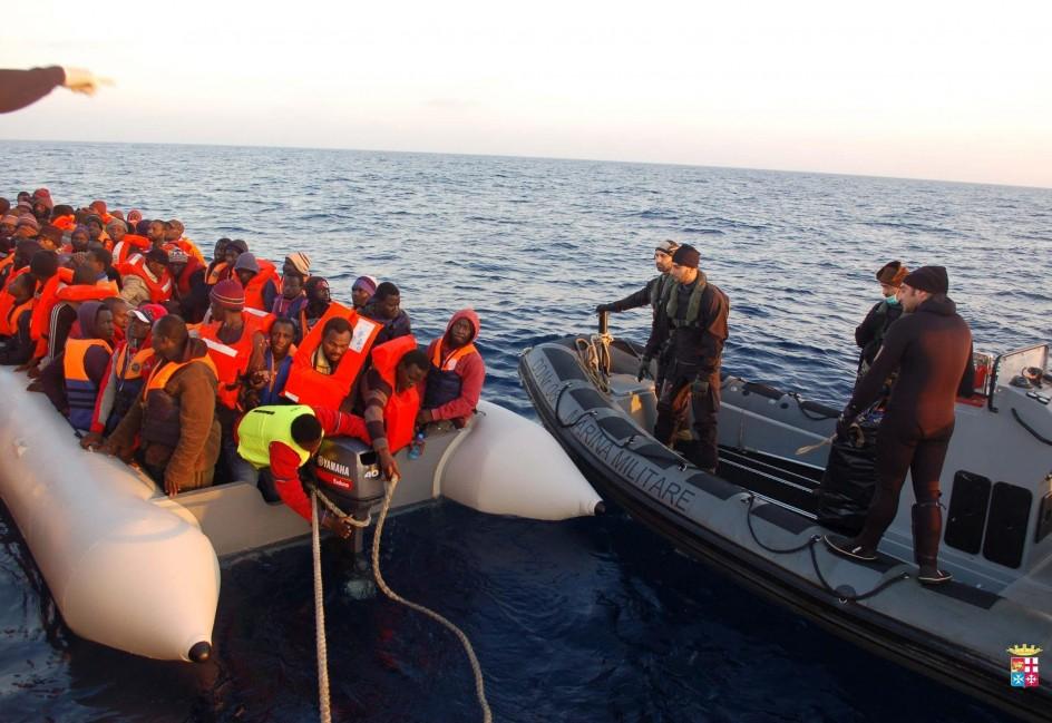 La marina italiana socorre a 1.200 inmigrantes