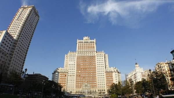 El edificio España (centro) con la Torre Madrid (izquierda)