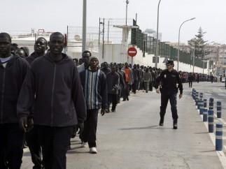 Decenas de subsaharianos esperan ser reseñados