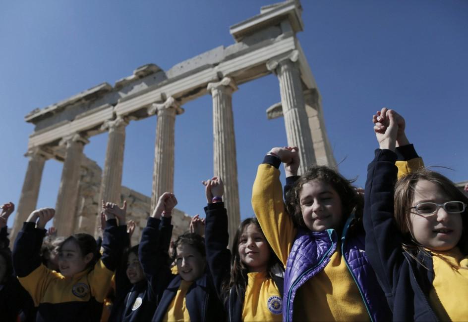 Miles de niños abrazan la Acrópolis contra el racismo