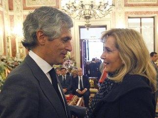 Nieves Herrero da el pésame al hijo de Suárez