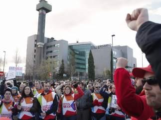 Los trabajadores de Telemadrid, frente a la sede, durante una manifestación.