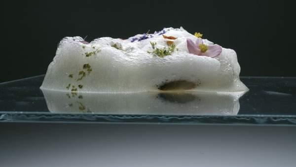 Aire de miel con flores y pistachos