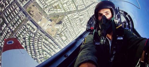 La Fuerza Aérea israelí muestra en su página de Facebook un 'selfie' de un piloto en pleno vuelo