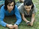 Jovenes tumbados en el césped