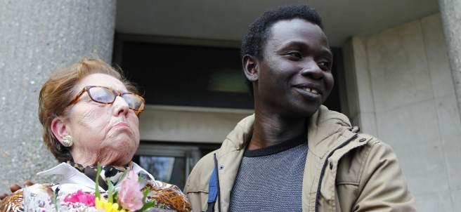 Ela, junto a un inmigrante que acudió en apoyo de la 'yayoflauta', tras el juicio