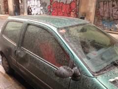Un coche cubierto de la lluvia de barro