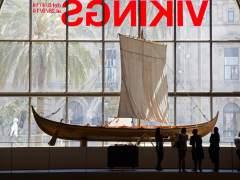 Reproducción a escala real de un barco vikingo funerario expuesta en las naves de las Drassanes Reials del Museu Marítim de Barcelona.