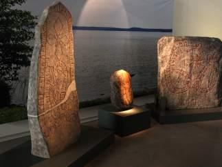 Reproducciones de tres piedras sepulcrales vikingas.