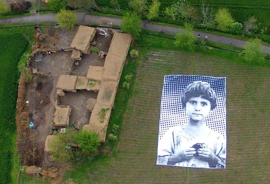 Fotos gigantes de niños para evitar ataques de drones