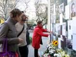 Fotografías del actor Alfonso Bayard, escritos de homenaje y flores en una de las entradas de la estación de Sant Gervasi de los Ferrocarrils de la Generalitat (FGC), en la plaza Molina.