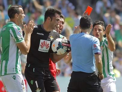 Velasco Carballo en el Betis-Sevilla