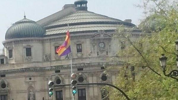 Bandera de la II República ondeando en Bilbao
