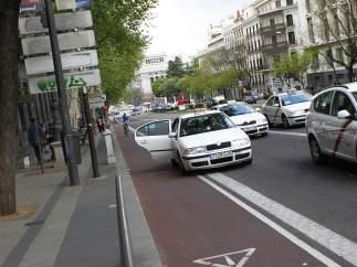 Taxi sobre un carril bici