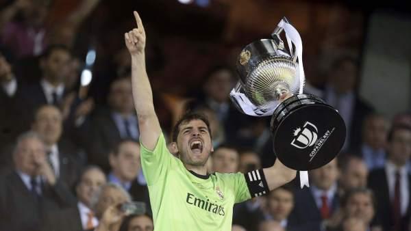 Casillas levanta copa