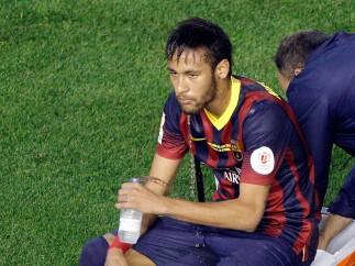 Neymar descansando después del partido