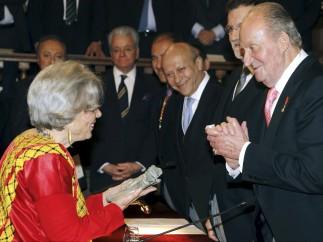 Elena Poniatowska recibe el Premio Cervantes de manos del Rey