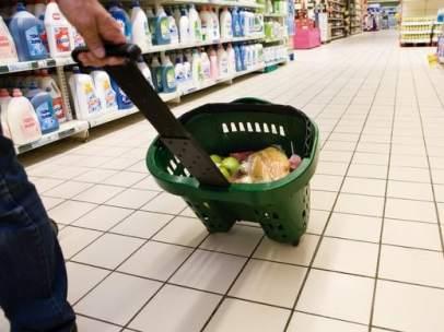 Un consumidor en el supermercado