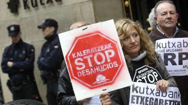 Stop Desahucios se manifiesta frente a la sede de Kutxabank