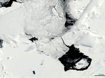 Un iceberg se desprende de un glaciar