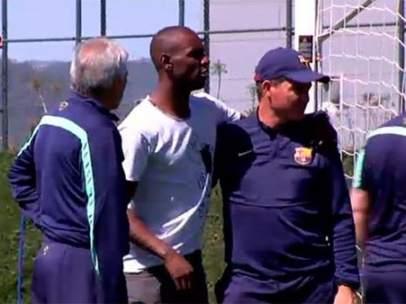 Abidal visita a los jugadores del Barça