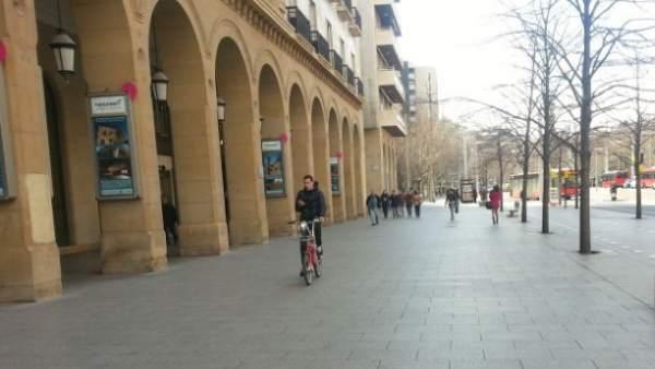 Ciclista por la acera