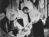 Picasso debout travaillant à Guernica dans son atelier des Grands-Augustins, 1937