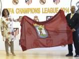 Botella y el alcalde de Lisboa, Antonio Costa, con la bandera de Madrid