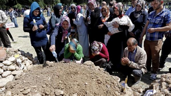 Los familiares lloran a los mineros
