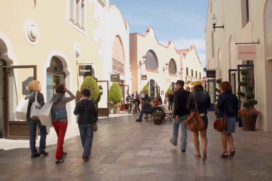 compradores en el centro comercial la roca village en la roca del valls barcelona el de abril el primer domingo que pudo abrir por encontrarse en