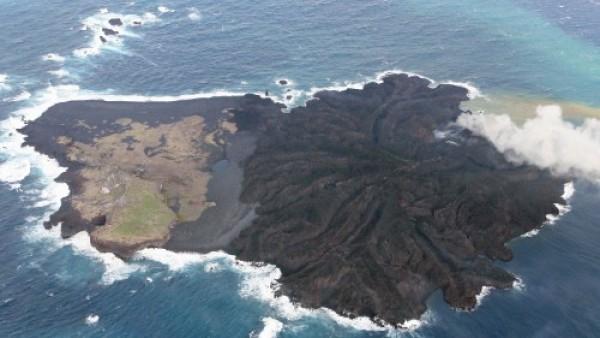 Una isla japonesa multiplica por cinco su tamaño por una erupción volcánica