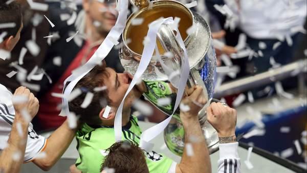 Casillas besa la orejona en Lisboa