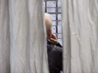 En una cabina electoral