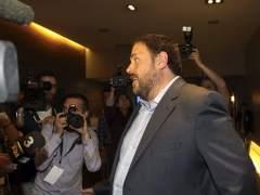 El l�der de ERC, Oriol Junqueras, llegando al Hotel Catalonia de Barcelona para seguir la noche electoral europea.
