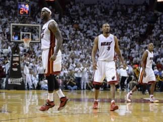 LeBron James celebra la victoria de los Heat