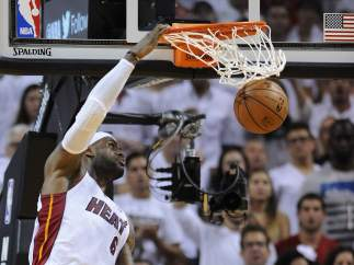 LeBron James realiza un mate